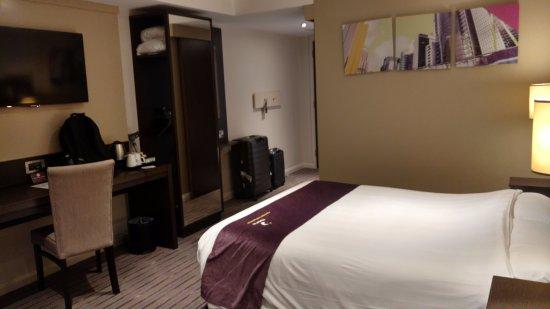 Premier Inn London Kew Hotel: Living area and limited wardrobe (open model)