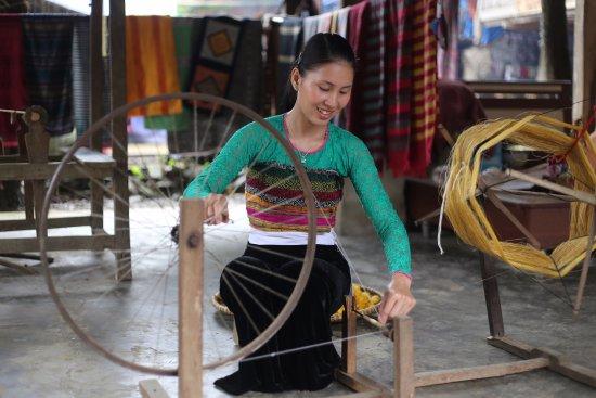 Mai Chau, เวียดนาม: Locals weaving scarves