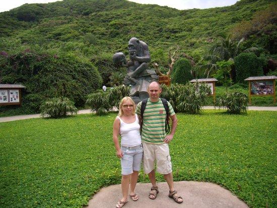 Lingshui County, Chiny: Мы перед памятником задумчивой обезьяне.