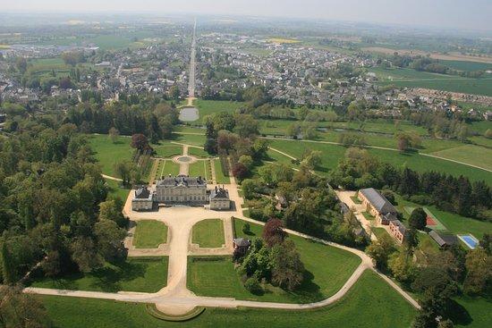 le château de Craon vu du ciel et au loin la ville de Craon.