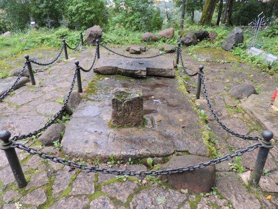 Изборск, Россия: Древние захоронения около Труворова креста