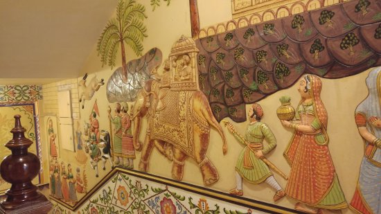Chunda Palace Hotel: Painted relief Rajasthan scenes on the stairs
