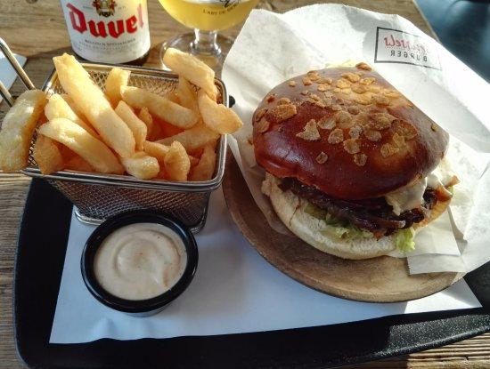 Zaventem, Belgium: Hamburger Brussels format XL avec frites et sauce Be Burger.