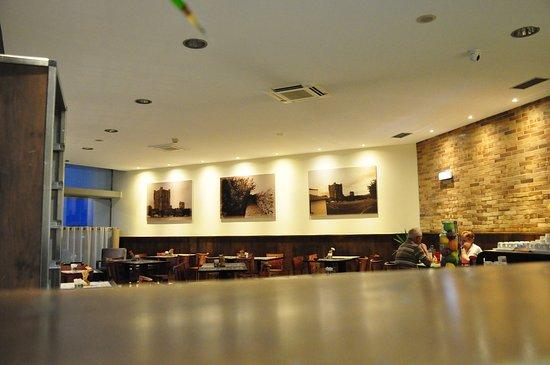 Hotel Ibis Braganca: Restaurant area of the hotel.