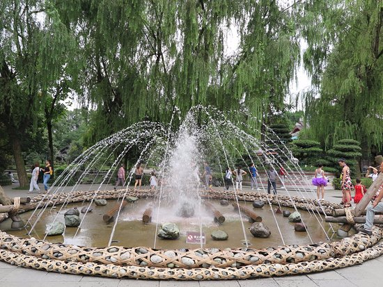 Dujiangyan, จีน: A fountain displaying items used in the past in the irrigation project