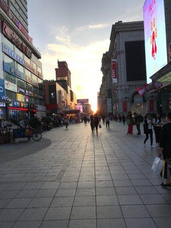 Shenyang, Kina: 中街步行街-傍晚街景