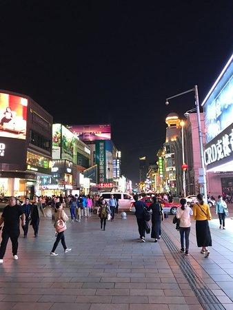 Shenyang, Kina: 中街步行街-夜晚街景