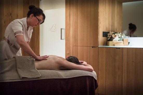 Saulieu, France: Massage dans l'une des cabines de Loiseau des Sens