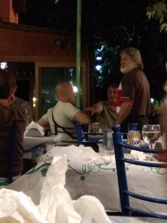 Archangelos, Grecia: il buon Georgios che conversa ai tavoli...
