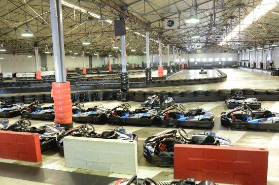 Joue-les-Tours, France: Les karting et la piste indoor
