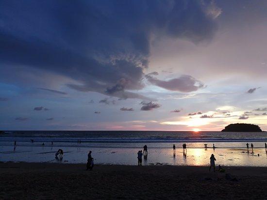Kata Beach: 晚上很漂亮