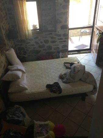 Marmari, Griechenland: Κάτω δωματιο τετρακλινου με θεοσκληρα επισης στρωματα