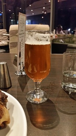 Scarborough, Australien: L/Creatures Pale Ale poured from bottle