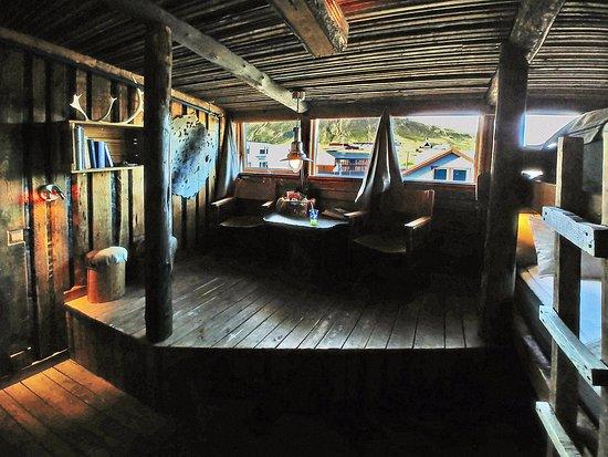 Basecamp Hotel: Camera con bagno privato