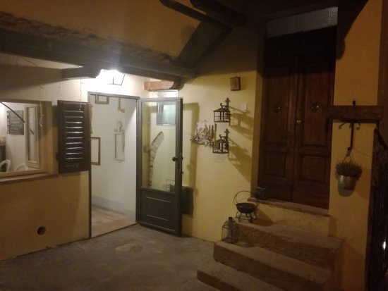 Gambassi Terme, Italien: Entrance to Casa Del principe and to the restaurant (on left)