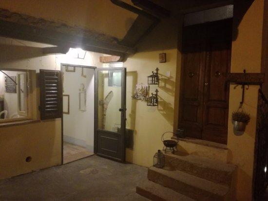 Gambassi Terme, Italia: Entrance to Casa Del principe and to the restaurant (on left)