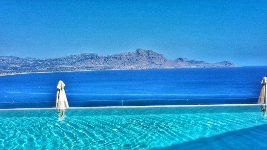 Lindos Blu: Blick über Pool aufs Meer