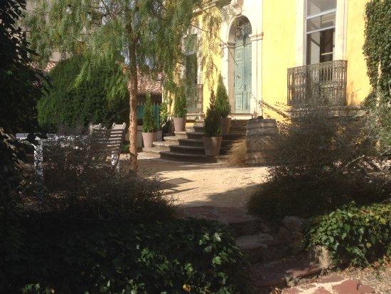 Murviel-les-Beziers, Frankrike: Garden and entrance