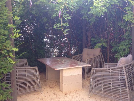 Murviel-les-Beziers, Frankrijk: Lounge area in the garden
