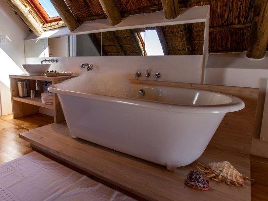 Paternoster, Afrique du Sud : The bath tub is in the loft of Cottage 1, 2 + 3
