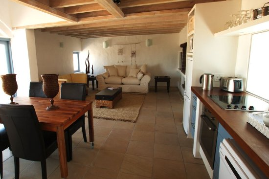 Paternoster, Sydafrika: Nieuview Cottage 3.  The downstairs area with kitchen, dining area, lounge and fireplace/braai