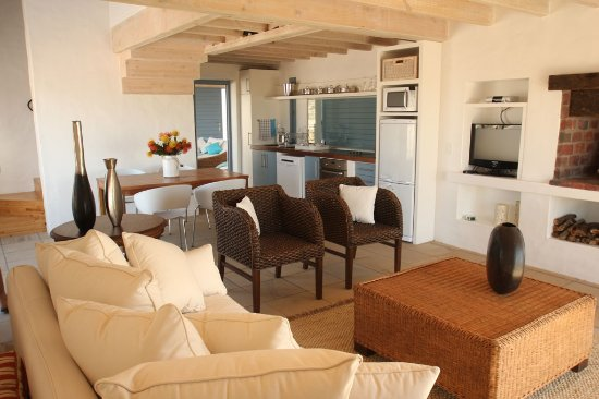 Paternoster, Sydafrika: Nieuview Cottage 2 - downstairs area with dining room, kitchen, lounge and fireplace/braai