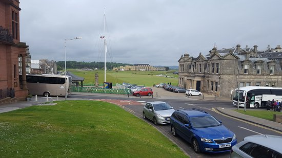 Best Western Scores Hotel: Looking at first tee box of The Old Course at St. Andrews from the front of Best Western Scores