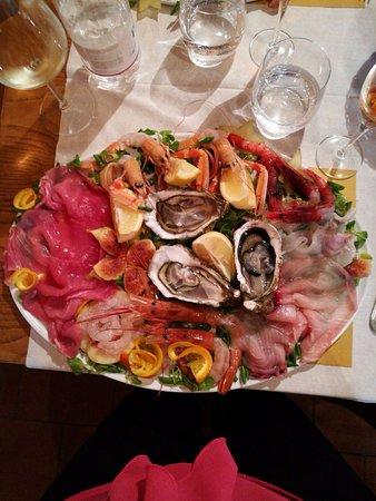 Osteria La Ghiotta: piatto per una persona di crudo di mare