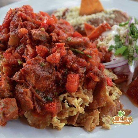 Lukumbe: chilaquiles rojos con chicharrón, comida mexicana, mexican food, puerto vallarta, restaurant caf