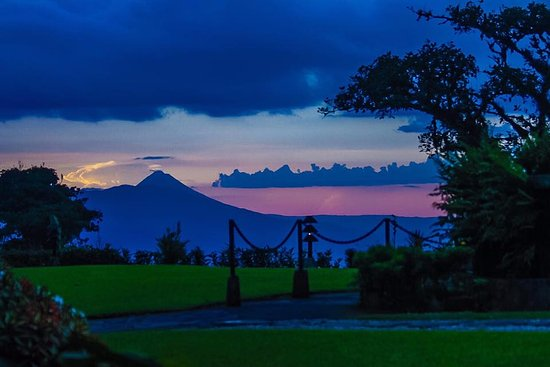 Villa Blanca Cloud Forest Hotel and Nature Reserve: Sunset with the Arenal Volcano