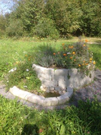Moenchaltdorf, Switzerland: Eine Kräuterspirale: Trockenliebende Pflanzen sind Oben, Pflanzen die mehr Wasser brauchen unten