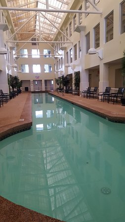 Anchorage Inn: Atrium and pool