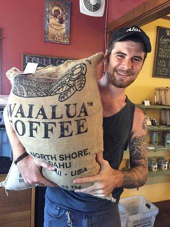วาลลา วาลลา, วอชิงตัน: Speciality coffee from around the world! Here is Owen and our Waialua Estate coffee from Hawaii!
