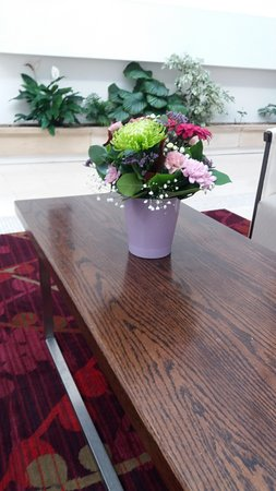 Cavan Crystal Hotel: Reception area, flowers in a vase on a coffee table