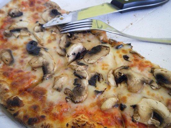 Saint-Pons-de-Thomieres, Francia: Aux champignons frais,pâte moelleuse mozzarella fondante,un régal !