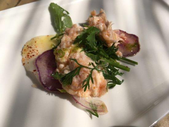 Biot, Prancis: tartare de saumon, oignons émincés , sur radis