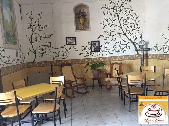 Cafe Restaurante Los Arcos : Salón 1 en la casona colonial