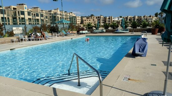 Crowne Plaza Redondo Beach & Marina: Crowne Plaza Pool needs umbrellas and landscaping
