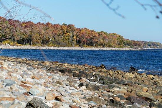 แคมเดน, เมน: Rocky Beach down from Shoreline Path