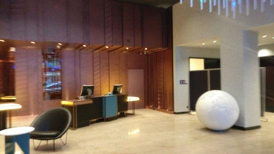 Pullman Berlin Schweizerhof: Pullman's berlin lobby and checkin.