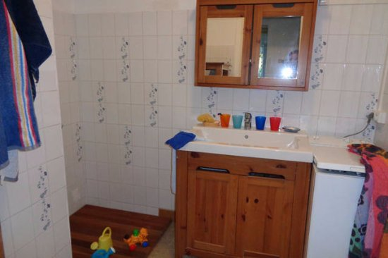 Salle de bain de l 39 appartement avec douche machine - Douche appartement ...