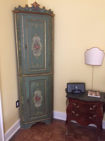 La Toscana di Carlotta: Beautiful antique furniture in room