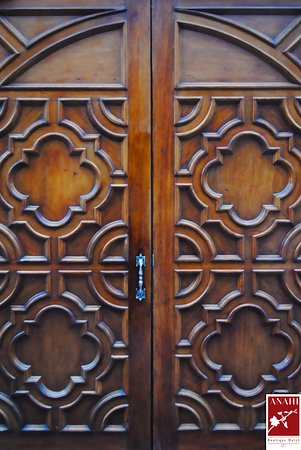 Anahi Boutique Hotel: Antique Door at Hotel Lobby