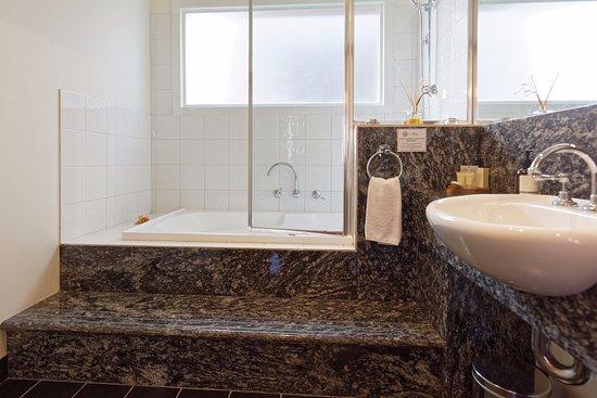 Port Fairy, Australia: Bathroom with spa in the apartment