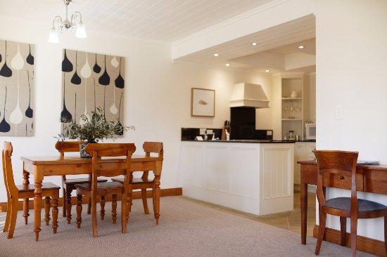 Port Fairy, Australia: Kitchen dining area in apartment