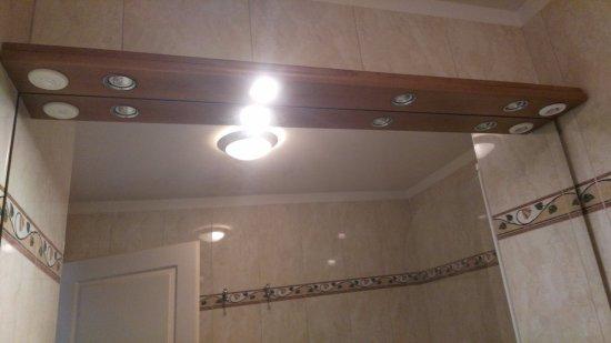 Veigy-Foncenex, Francia: v kúpeľni svieti len jedo svetlo z troch-tma