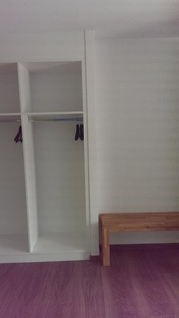offene garderobe und sitzbank photo de nyon hostel nyon. Black Bedroom Furniture Sets. Home Design Ideas