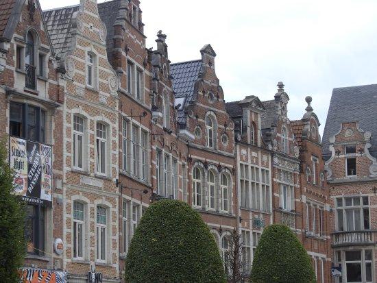 Leuven, België: Karakteristiek gevelbeeld Oude Markt