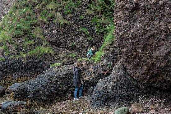 Cushendun, UK: Young child clambering the rocks