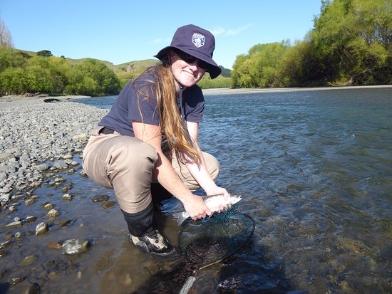 Napier, Nueva Zelanda: Danielle Fearns with her first ever trout caught on the fly!